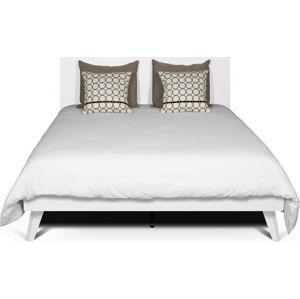 Bílá postel s nohami z masivního dřeva TemaHome Mara, 160 x 200 cm