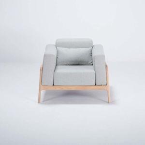 Křeslo s konstrukcí z dubového dřeva s modrošedým textilním sedákem Gazzda Fawn